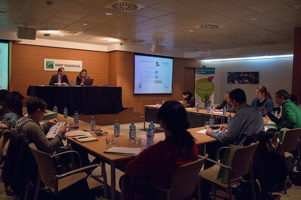 Sergio Escudero, director comercial auto, y Liliana Marsán, responsable del Observatorio Cetelem, en la presentación a medios del informe sobre automóvil 2014.