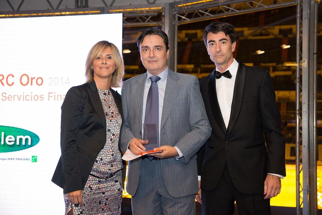 Joaquín Mouriz y Marta Fernández, Director de Marca, Comunicación y Publicidad y Responsable de SAC en Cetelem, recogen el premio CRC de Oro 2014 en el sector de servicios financieros