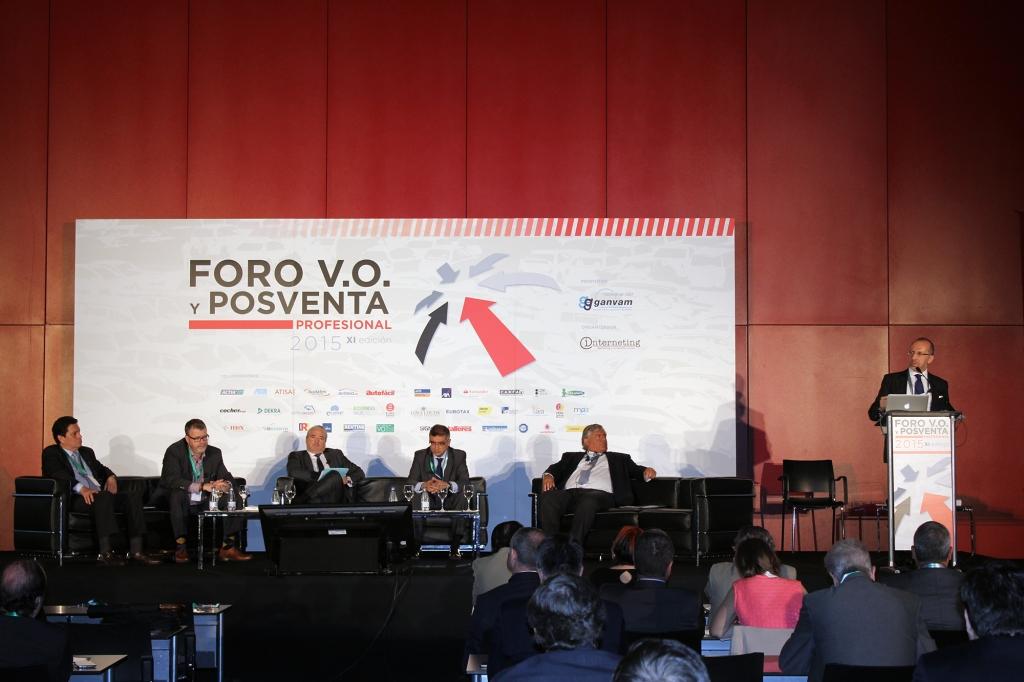 Javier de Ulacia, director de la división de Auto de Cetelem (segundo por la derecha), en el Debate General del Sector del automóvil.